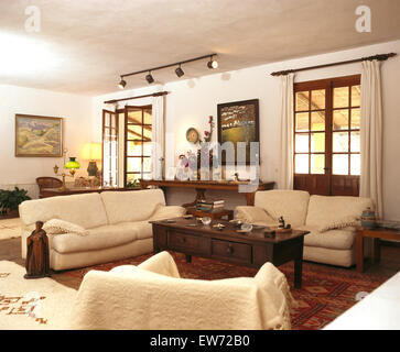 creme wohnzimmer creme tisch und sofas mit goldfarbenen accessoires stockfoto bild 73971435. Black Bedroom Furniture Sets. Home Design Ideas