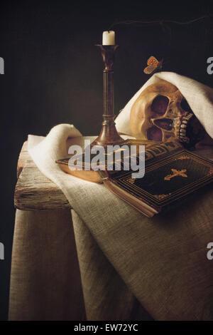 Vanitas; Bibel, Totenkopf, Kerze als Symbol für Leben, Tod und Auferstehung - Stockfoto