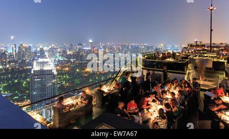 Bangkok, Thailand - April 15,2015: Bangkok bei Nacht aus einer Bar auf dem Dach mit vielen Touristen genießen die - Stockfoto