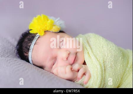 Porträt von einem lächelnden Babymädchen schlafen - Stockfoto