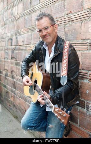 Porträt des Mannes in der Gasse, die Gitarre zu spielen - Stockfoto