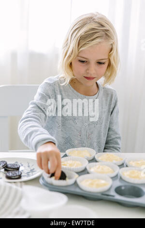 Mädchen machen cupcakes - Stockfoto