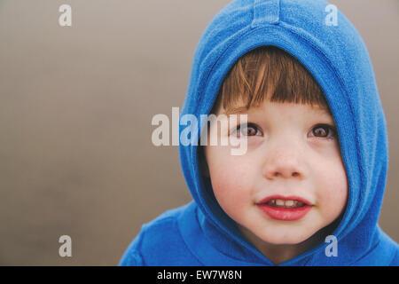 Bildnis eines Knaben tragen einen hoodie - Stockfoto