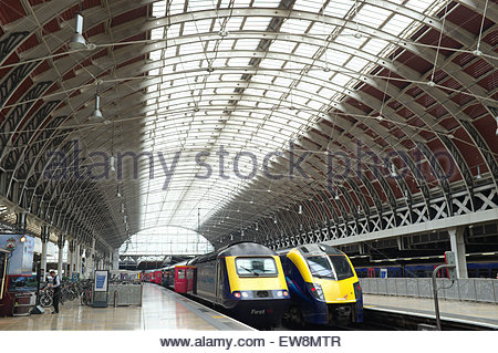 Zwei Züge warten auf ihre nächste Aufgabe unter dem Dach der Wagenhalle der Bahnhof London Paddington. London, UK. - Stockfoto