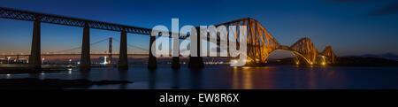 Moderne Welt: Forth Bridges in Queensferry, blaue Stunde, genäht Panorama über den Firth Of Forth Bay / North Sea - Stockfoto