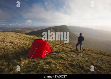 Hillwalker wild campieren auf Fan Foel. Black Mountain. Brecon Beacons National Park. Carmarthenshire. Wales. VEREINIGTES - Stockfoto
