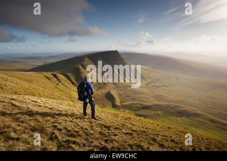 Wanderer Verschnaufpause auf Fan Foel Weg für Picws Xiaodan The Black Mountain. Brecon Beacons National Park. Carmarthenshir - Stockfoto