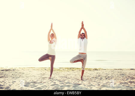 frau macht yoga stockfoto bild 82812278 alamy. Black Bedroom Furniture Sets. Home Design Ideas