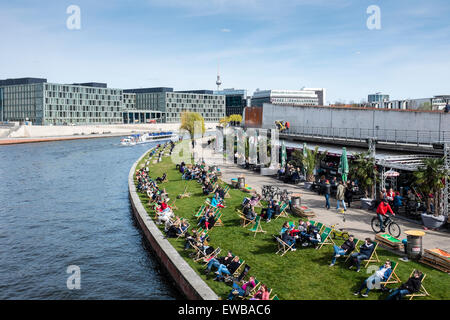 berlin strandbar am spreeufer in der n he von museumsinsel strandbar mitte berlin stockfoto. Black Bedroom Furniture Sets. Home Design Ideas