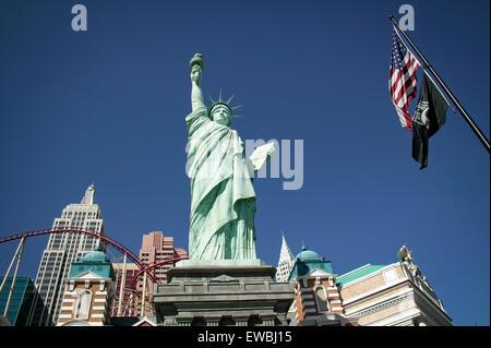 Eine Replik der Statue of Liberty steht vor dem New York City Casino auf dem Strip in Las Vegas, Nevada. - Stockfoto