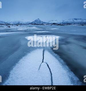 Schnee und Eis Formationen auf gefrorenen Vatnfjord in Winter, fährfrei, Lofoten Inseln, Norwegen - Stockfoto