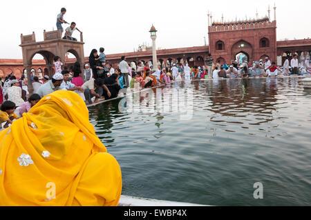 Menschen bei der Waschung Pond in Jama Masjid während des Ramadan. Alt-Delhi, Indien - Stockfoto
