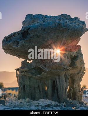 Sonnenuntergang am Sand Formationen am Mono Lake in der Nähe von Marine Beach, Kalifornien, USA - Stockfoto