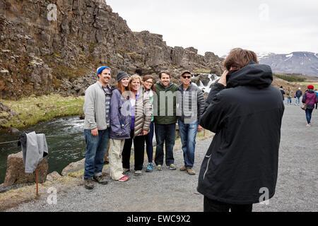 Touristen posieren für ein Foto in Almannagja Bruchlinie in der mid-Atlantic Ridge nordamerikanische Platte Thingvellir - Stockfoto