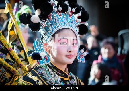 Paris, Frankreich - 2. Februar 2014: Chinesische Mädchen in Tracht bei der chinesischen Neujahrsfest Parade führt. - Stockfoto