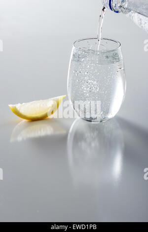 Mineralwasser im Glas mit Zitrone - Stockfoto