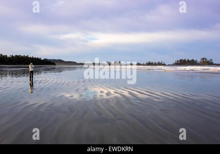 Frau auf Long Beach, Tofino, British Columbia, Kanada. - Stockfoto