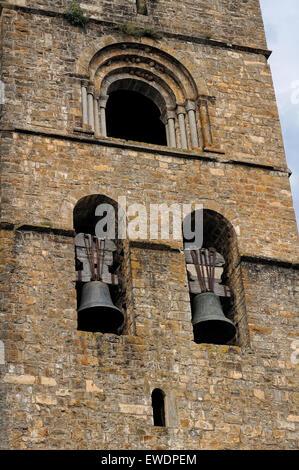 Glockenturm der Stiftskirche in Ainsa. Aragon. España. - Stockfoto