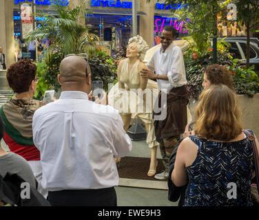 Passant interagieren mit Forever Marilyn vom Künstler Seward Johnson auf dem Broadway Fußgängerzone Plätze im Garment - Stockfoto