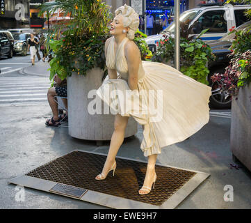 Forever Marilyn vom Künstler Seward Johnson auf dem Broadway Fußgängerzone Plätze im Garment District in New York - Stockfoto