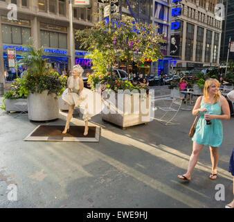 Menschen weitergeben Forever Marilyn vom Künstler Seward Johnson auf dem Broadway Fußgängerzone Plätze im Garment - Stockfoto