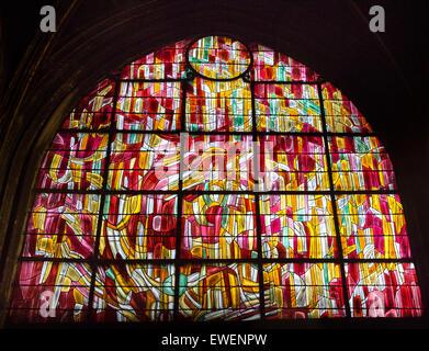 Teil einer Reihe von Glasfenster in Saint-Séverin entworfen von Jean Rene Bazaine. - Stockfoto