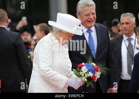 Berlin, Deutschland. 24. Juni 2015. HM Königin Elizabeth II erhält einen Blumenstrauß, begleitet von Bundespräsident Joachim Gauck an der TU Berlin. © Madeleine Lenz/Pacific Press /Alamy Live-Nachrichten