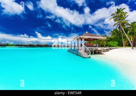 Steg und Palmen Bäume mit erstaunlichen tropischen Lagune betritt - Stockfoto