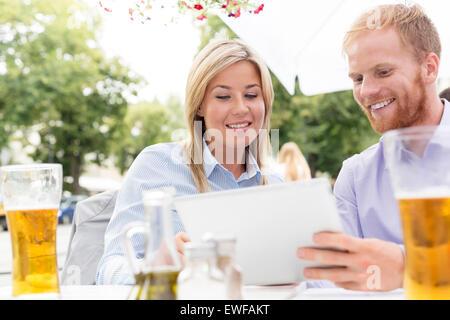 Glücklich Geschäftsleute mit digital-Tablette am Straßencafé - Stockfoto