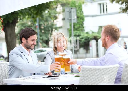 glas bier auf einen tisch im restaurant prag. Black Bedroom Furniture Sets. Home Design Ideas