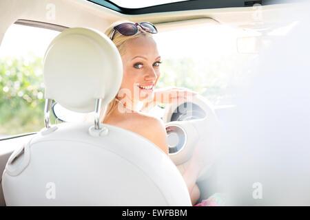 Hintere Ansicht Porträt glücklich Frau Auto fahren Stockfoto