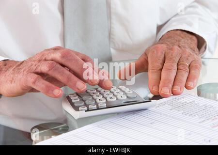 SENIOR, PAPIERKRAM ZU TUN - Stockfoto