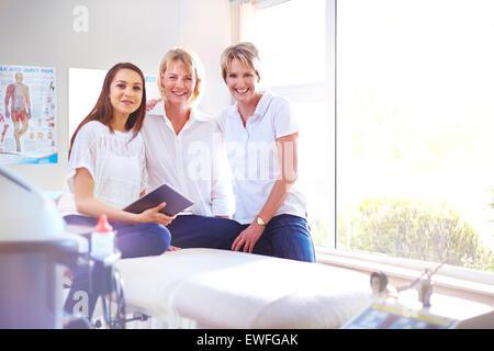 Porträt, Lächeln Physiotherapeuten im Untersuchungsraum - Stockfoto