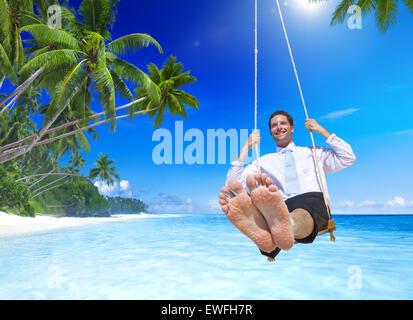Geschäftsmann am tropischen Strand. - Stockfoto