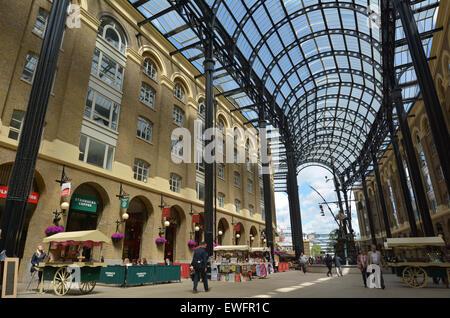 LONDON - 13 Mai 2015:Visitors in Hays Galleria. Es ist eine beliebte Touristenattraktion komplexen Büros, Restaurants, - Stockfoto
