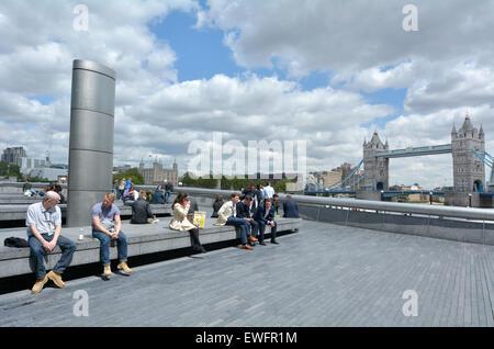 LONDON, UK - Mai 13 2015:Visitors am Südufer mit der Tower Bridge in London, UK. Über 40000 Menschen nutzen Tower - Stockfoto