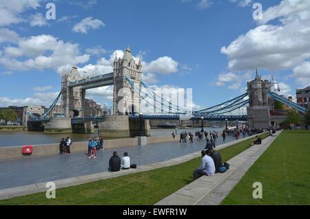 LONDON, UK - Mai 13 2015:Visitors am Südufer mit der Tower Bridge in London, UK. Tower Bridge hat mehr als 40000 - Stockfoto
