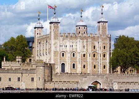 LONDON - 13 Mai 2015:Tower von London in der City of London, UK. Der Turm beherbergt die Kronjuwelen, geschätzt - Stockfoto