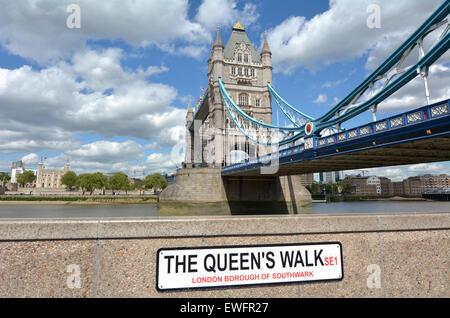 Die Tower Bridge überspannt über Themse mit dem Tower of London im Hintergrund wie der Blick von der Königin zu - Stockfoto