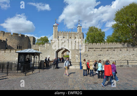 LONDON - 13 Mai 2015:Visitors in den Tower of London, City of London, UK. Es ist eine touristische Attraktion seit - Stockfoto