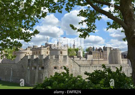 Die äußere Fassade des Tower of London in Stadt von London, Vereinigtes Königreich. - Stockfoto