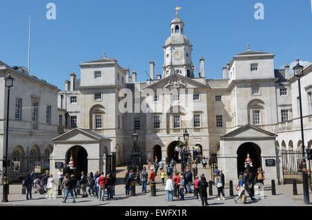 LONDON - 13 Mai 2015:Visitors am Pferd Guards.The Gebäude berühmt für die Wachen, die bewachen den Eingang zum Horse - Stockfoto