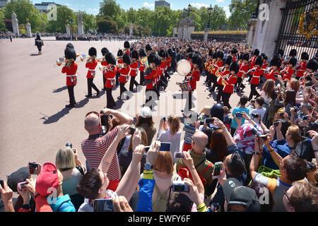 LONDON - 13 Mai 2015:Visitors Ansicht und Foto das marschierende Band bei wechselnder Wachen Zeremonie im Buckingham - Stockfoto