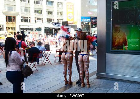 Stars And Stripes Körper Farbe Frauen mal Platz New York Usa Touristen Foto - Stockfoto