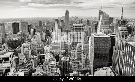 Schwarz / weiß-Stadt mit Wolkenkratzern Architektur Stadtbild Wolken Downtown Wolkenkratzer schwarz-weiß Gebäude monochromen Himmel städtische windows Stockfoto