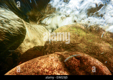 Unter der Oberfläche von einem schnell fließenden Fluss, voll von Luftblasen, das Wasser mit Sauerstoff. Cumbria, - Stockfoto
