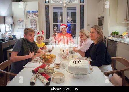 Eine Familie von fünf Personen genießen Sie Weihnachtsmittagessen - Stockfoto