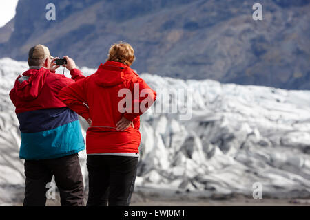 Senior Tourist paar am Gletscher Vatnajökull-Nationalpark Skaftafell in Island - Stockfoto