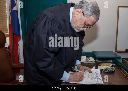 Austin, Texas, USA. 26. Juni 2015. Richters Herb Evans von Travis County, Texas unterschreibt die Heiratsurkunde - Stockfoto