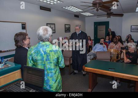 Austin, Texas, USA. 26. Juni 2015. Ingrid Ellerbee und Deanne Croan Austausch Eheversprechen vor Richter Herb Evans - Stockfoto